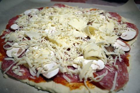 トマトソースとサラミのピザ