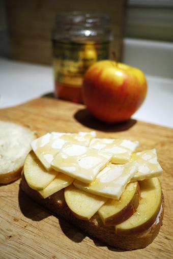 リンゴとチーズとハチミツサンドイッチ