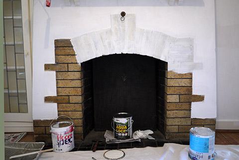小部屋のペンキ塗り