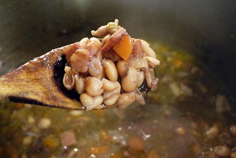 赤ワインとうずら豆とベーコンのスープ