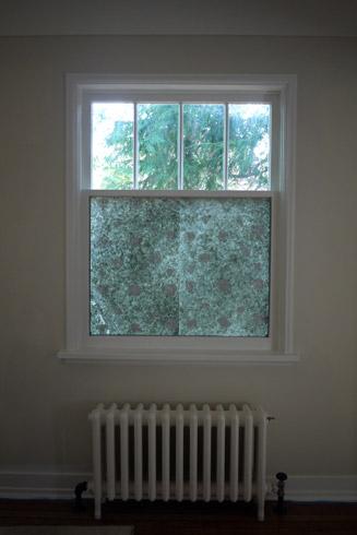 窓に和紙を貼る