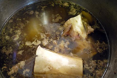 一方で、200度のオーブンで、玉ねぎと生姜をグリルする。ガスストーブがあれば、陽で炙るといいらしい。